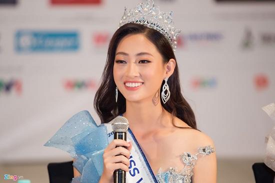 Hoa hậu Lương Thùy Linh xuất hiện rạng rỡ cùng dàn á hậu sau đêm đăng quang - Ảnh 2