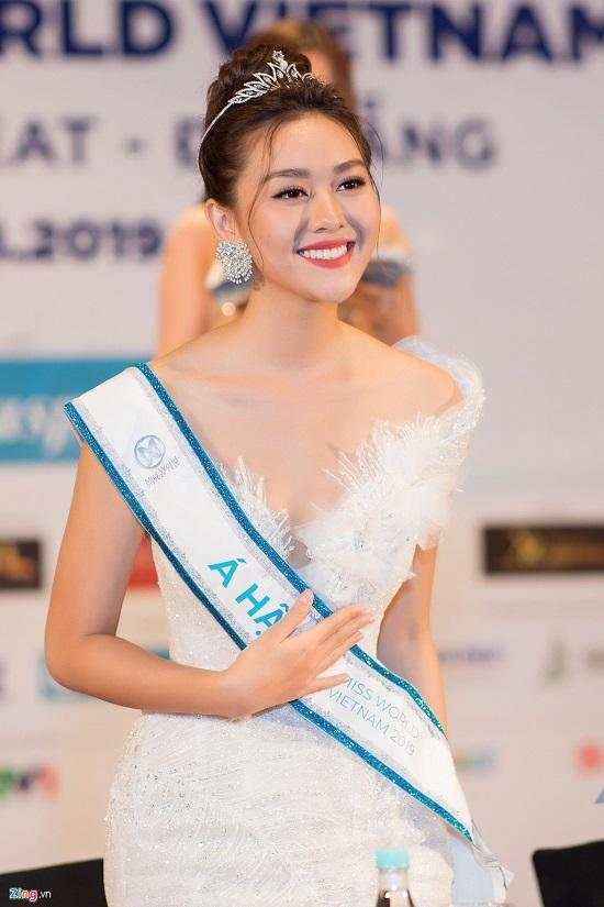 Hoa hậu Lương Thùy Linh xuất hiện rạng rỡ cùng dàn á hậu sau đêm đăng quang - Ảnh 5