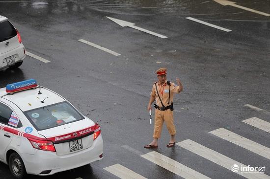 CSGT chân trần ngâm nước mưa hàng giờ để phân luồng giao thông - Ảnh 3