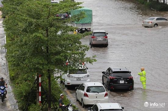CSGT chân trần ngâm nước mưa hàng giờ để phân luồng giao thông - Ảnh 4