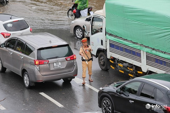 CSGT chân trần ngâm nước mưa hàng giờ để phân luồng giao thông - Ảnh 5
