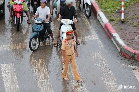 CSGT chân trần ngâm nước mưa hàng giờ để phân luồng giao thông - Ảnh 6