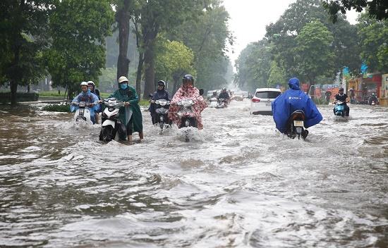 CSGT chân trần ngâm nước mưa hàng giờ để phân luồng giao thông - Ảnh 7