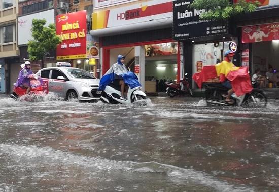 CSGT chân trần ngâm nước mưa hàng giờ để phân luồng giao thông - Ảnh 9