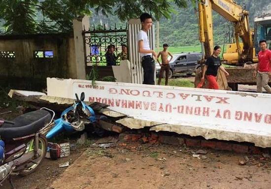 Xe kéo tông sập cổng UBND, thiệt hại nhiều tài sản - Ảnh 1