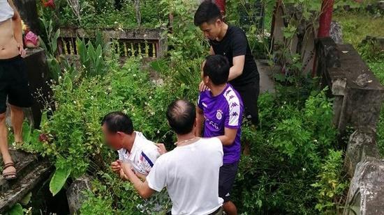 Vụ dân vây bắt người đàn ông có biểu hiện lạ ở Hà Nội: Đối tượng khai có ý định trộm cắp tài sản - Ảnh 1