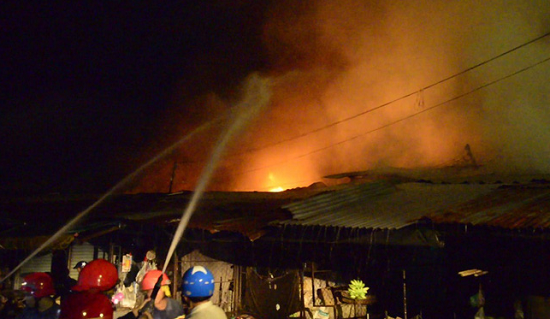 Chợ Bình Long hoang tàn sau vụ cháy kinh hoàng, nghi do đốt vàng mã - Ảnh 1