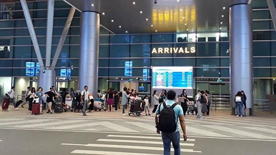 Nam thanh niên 9X thản nhiên lấy trộm đồ ngay cửa soi chiếu sân bay Đà Nẵng - Ảnh 1