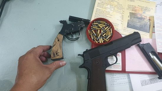 Ngăn chặn nhóm thanh niên dùng súng quyết chiến giữa trung tâm TP.HCM - Ảnh 1