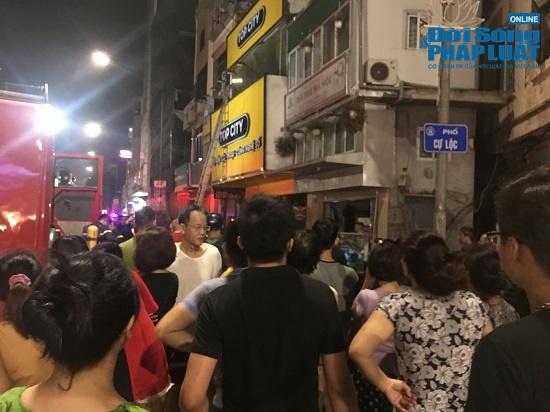Cửa hàng phụ kiện điện thoại bốc cháy trong đêm, người dân đứng xem kín đường - Ảnh 4