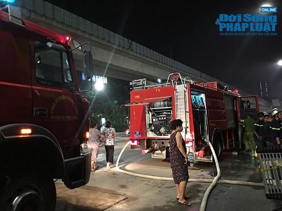 Cửa hàng phụ kiện điện thoại bốc cháy trong đêm, người dân đứng xem kín đường - Ảnh 2