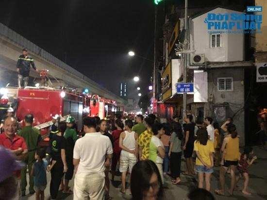 Cửa hàng phụ kiện điện thoại bốc cháy trong đêm, người dân đứng xem kín đường - Ảnh 5