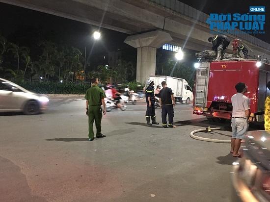 Cửa hàng phụ kiện điện thoại bốc cháy trong đêm, người dân đứng xem kín đường - Ảnh 3