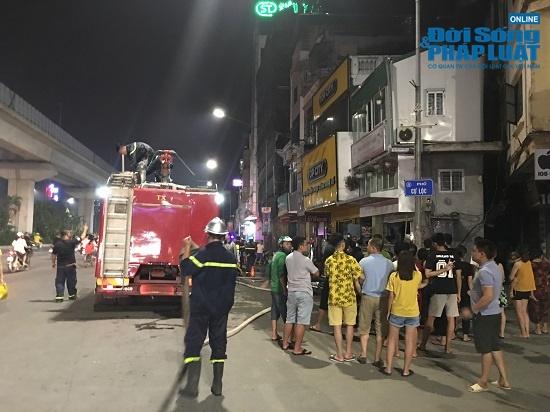 Cửa hàng phụ kiện điện thoại bốc cháy trong đêm, người dân đứng xem kín đường - Ảnh 6