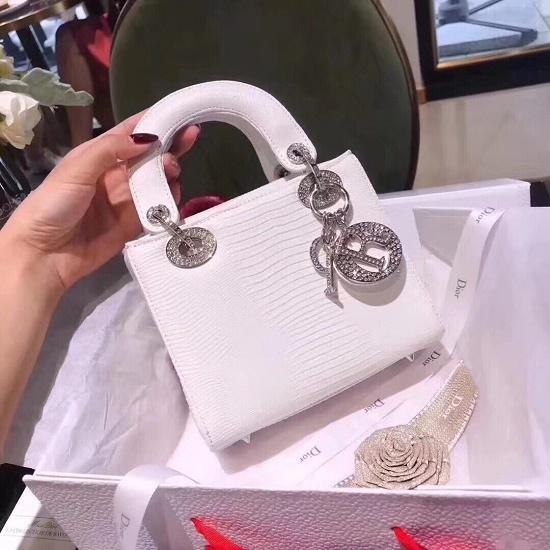 Nguyên nhân nào khiến túi xách hàng hiệu Dior có giá cao ngất ngưởng? - Ảnh 8
