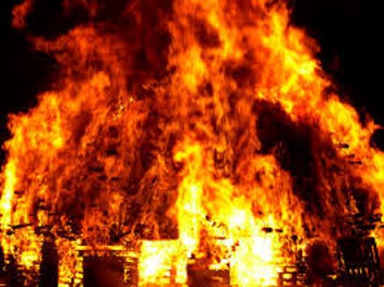 Khống chế đối tượng giữ 4 người thân trong nhà, xả van bình gas đe dọa châm lửa - Ảnh 1