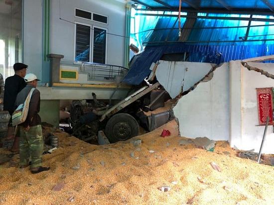 Sơn La: Ô tô đầu kéo tông sập nhà dân, đôi vợ chồng tử vong trong phòng ngủ - Ảnh 1
