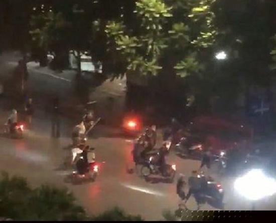 Hàng chục thanh niên cầm hung khí hỗn chiến kinh hoàng giữa phố Hà Nội - Ảnh 1