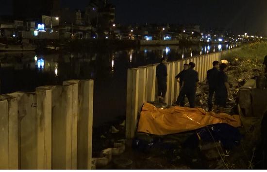 Triều cường dâng cao, người dân TP.HCM hối hả xây tường, đắp bao ngăn nước - Ảnh 10