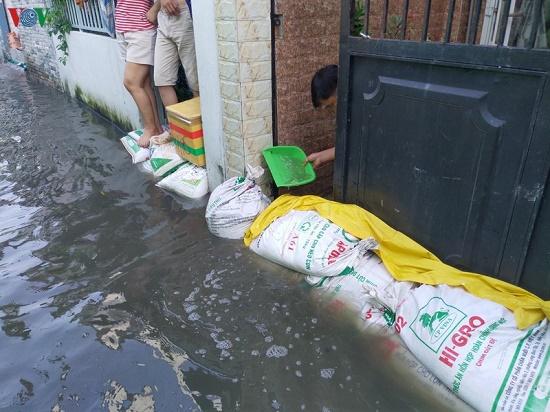 Triều cường dâng cao, người dân TP.HCM hối hả xây tường, đắp bao ngăn nước - Ảnh 3