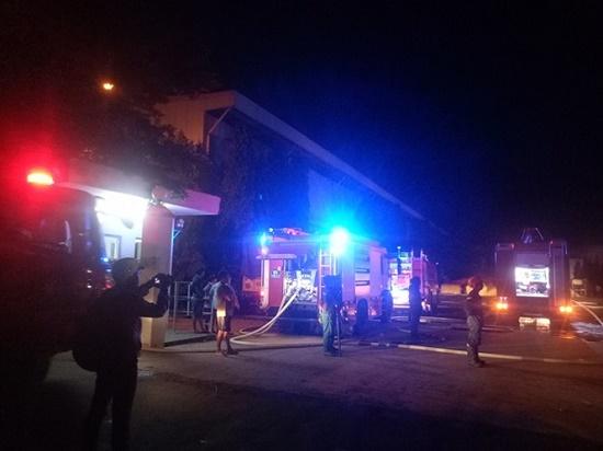 Công ty sản xuất đệm mút bùng cháy trong đêm sau tiếng nổ lớn - Ảnh 2