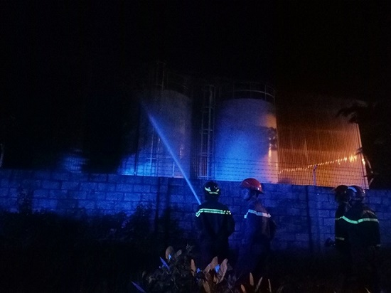 Công ty sản xuất đệm mút bùng cháy trong đêm sau tiếng nổ lớn - Ảnh 4