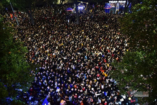 Cả nghìn người chen nhau chào đón năm mới, nhiều cô gái ngất xỉu vì bị ngạt thở - Ảnh 8