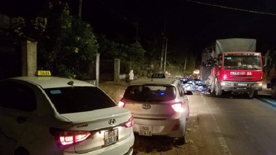 Hơn 500 thùng bia đổ xuống đường, người dân nhiệt tình gom giúp tài xế trong đêm giao thừa - Ảnh 1