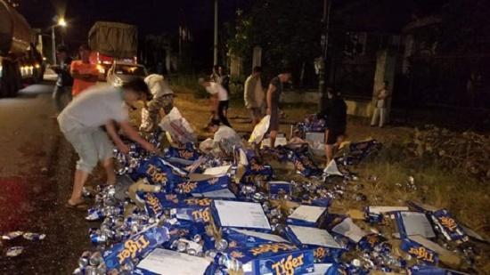 Hơn 500 thùng bia đổ xuống đường, người dân nhiệt tình gom giúp tài xế trong đêm giao thừa - Ảnh 2