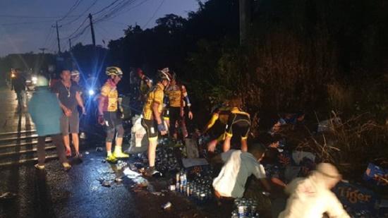 Hơn 500 thùng bia đổ xuống đường, người dân nhiệt tình gom giúp tài xế trong đêm giao thừa - Ảnh 3
