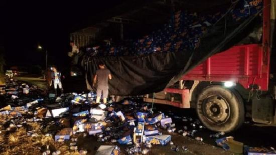 Hơn 500 thùng bia đổ xuống đường, người dân nhiệt tình gom giúp tài xế trong đêm giao thừa - Ảnh 4