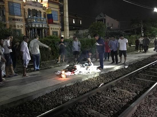 Đi bộ trên đường ray, người đàn ông bị tàu hỏa hất văng trong đêm - Ảnh 1