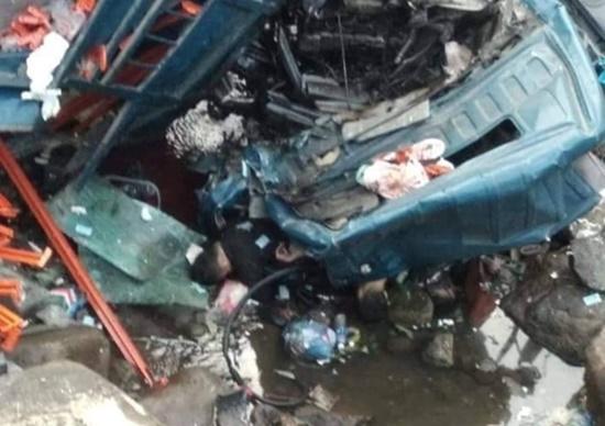 Hiện trường ngổn ngang vụ xe tải lao xuống suối, 3 người tử vong - Ảnh 3