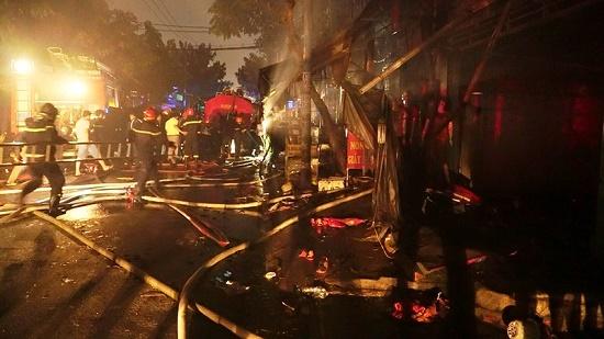 TP.HCM: Hỏa hoạn bao trùm 1 căn nhà và 9 ki ốt ở Bình Tân, nhiều tài sản bị thiêu rụi - Ảnh 1