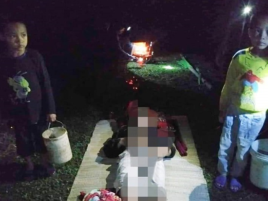 Xót xa cảnh 2 đứa trẻ đứng bên thi thể người cha tử vong khi đi mò cua mưu sinh - Ảnh 1