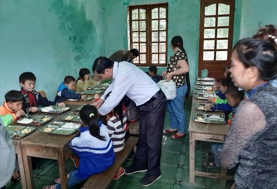 Xúc động giáo viên cắm bản góp gạo thổi cơm trưa nuôi học trò nghèo - Ảnh 1
