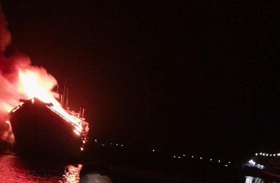 Sau lễ cúng tất niên, hai tàu cá chục tỷ bị lửa lớn thiêu rụi trong đêm - Ảnh 1