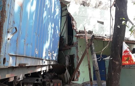 Bình Định: Xe đầu kéo tông sập 2 nhà dân, tài xế chết thảm trong cabin - Ảnh 1