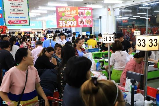 Cảnh nghìn người chen chúc khi sắm Tết tại siêu thị, đông đến nghẹt thở - Ảnh 1