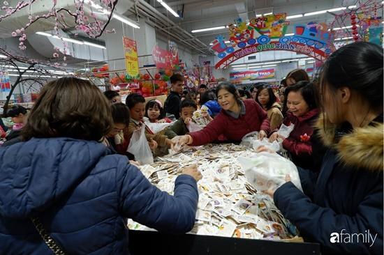 Cảnh nghìn người chen chúc khi sắm Tết tại siêu thị, đông đến nghẹt thở - Ảnh 10