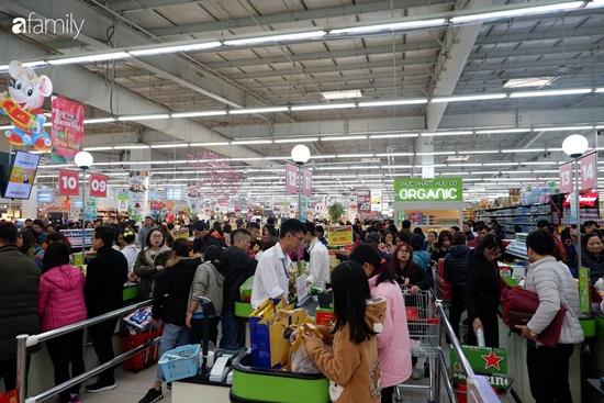 Cảnh nghìn người chen chúc khi sắm Tết tại siêu thị, đông đến nghẹt thở - Ảnh 12