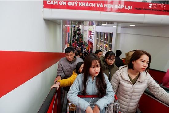 Cảnh nghìn người chen chúc khi sắm Tết tại siêu thị, đông đến nghẹt thở - Ảnh 13