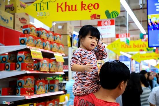 Cảnh nghìn người chen chúc khi sắm Tết tại siêu thị, đông đến nghẹt thở - Ảnh 2