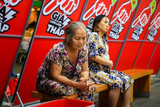Cảnh nghìn người chen chúc khi sắm Tết tại siêu thị, đông đến nghẹt thở - Ảnh 3