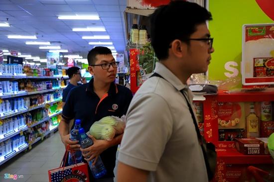 Cảnh nghìn người chen chúc khi sắm Tết tại siêu thị, đông đến nghẹt thở - Ảnh 4