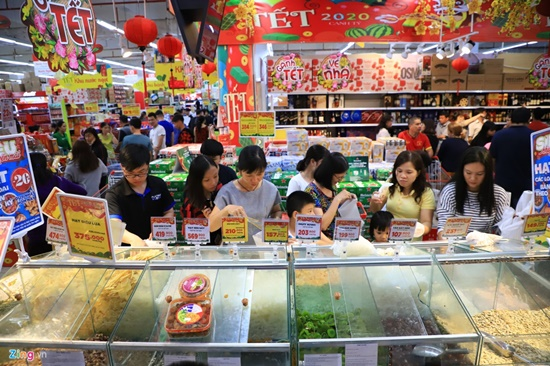 Cảnh nghìn người chen chúc khi sắm Tết tại siêu thị, đông đến nghẹt thở - Ảnh 6