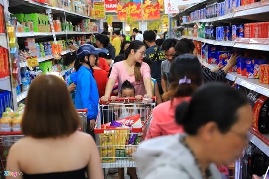 Cảnh nghìn người chen chúc khi sắm Tết tại siêu thị, đông đến nghẹt thở - Ảnh 7