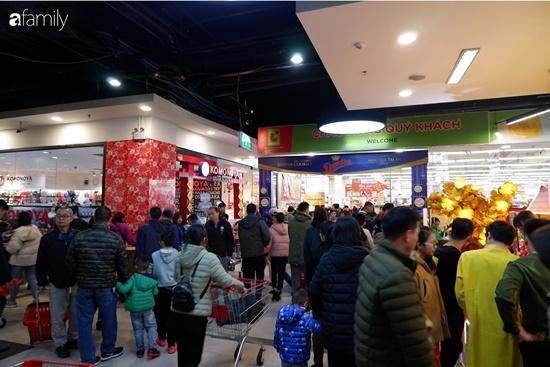 Cảnh nghìn người chen chúc khi sắm Tết tại siêu thị, đông đến nghẹt thở - Ảnh 8