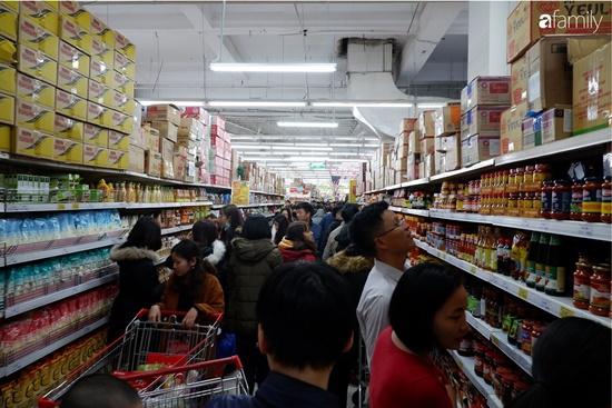 Cảnh nghìn người chen chúc khi sắm Tết tại siêu thị, đông đến nghẹt thở - Ảnh 9