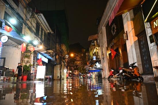 Mưa lớn kinh hoàng đêm 30 Tết, người dân Thủ đô hối hả dọn nhà ngập nước kịp đón giao thừa - Ảnh 1